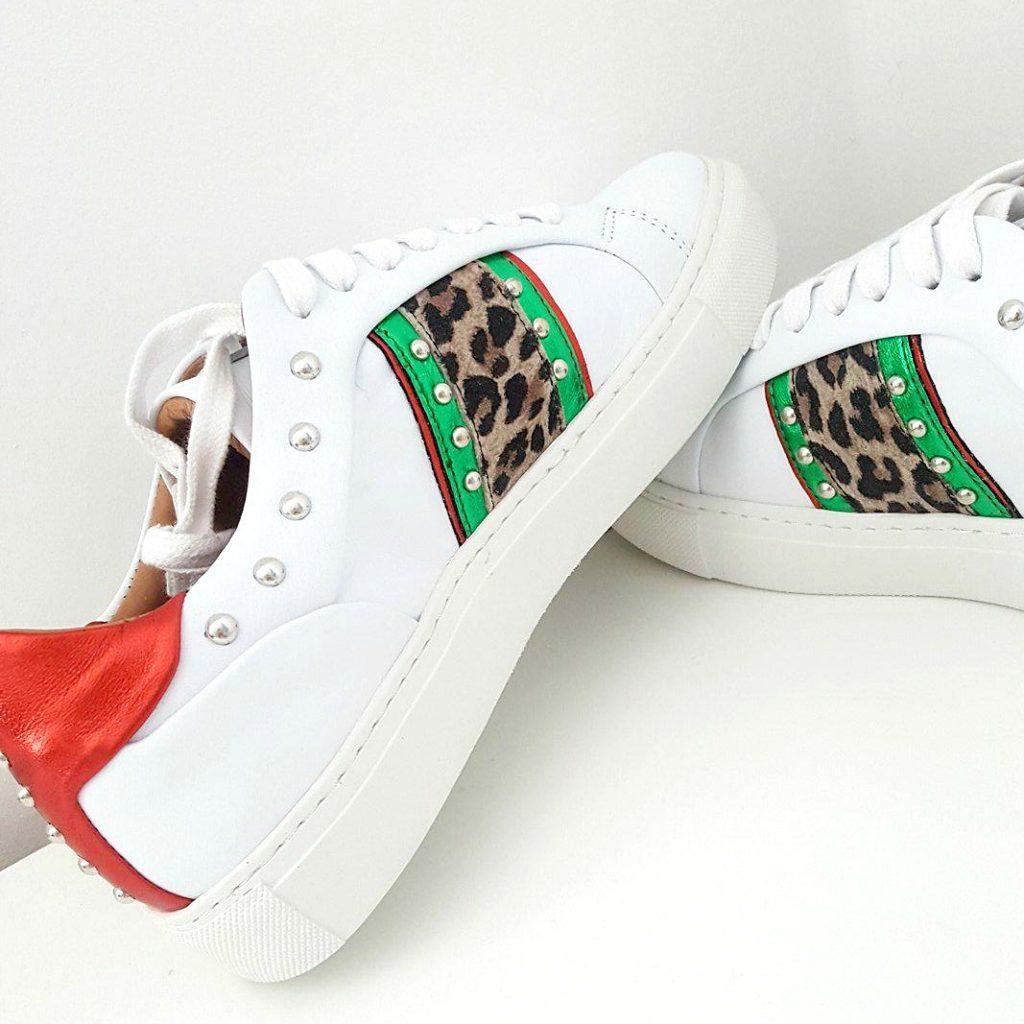 Witte sneakers zijn altijd een goed idee!