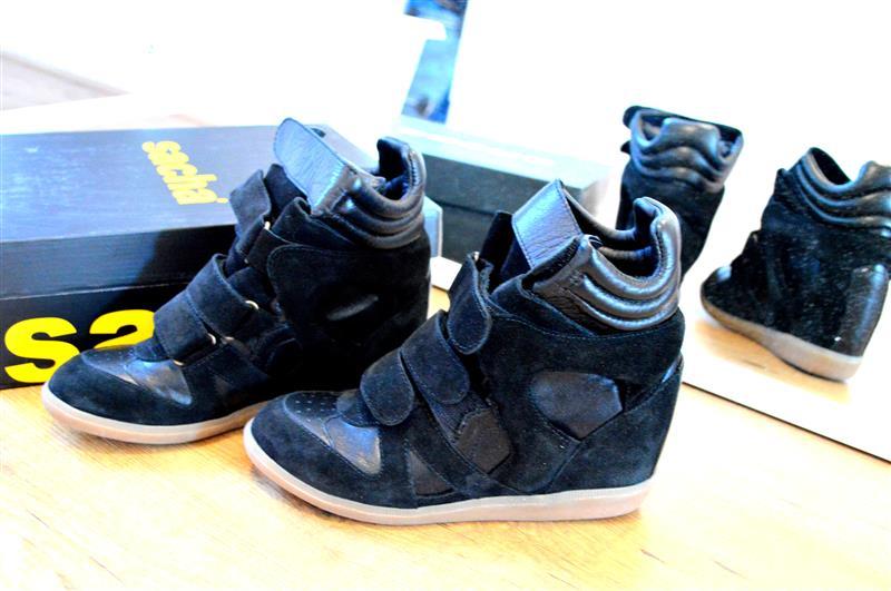 Zwarte sneakerwedges via Sacha.nl